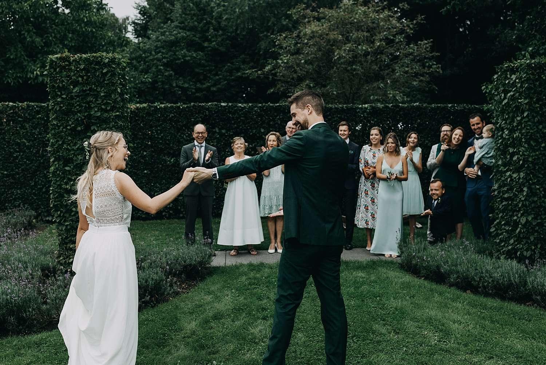 Bruidspaar in tuin first look huwelijk Kermt