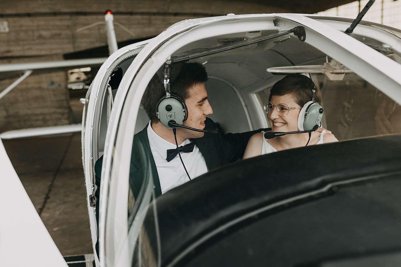Bruidspaar in vliegtuigje vliegveld Grimbergen