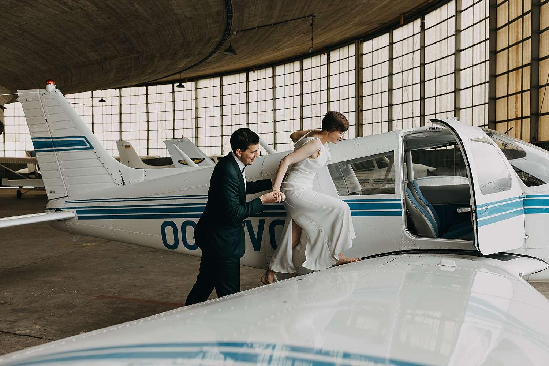 Bruidspaar kruipt in vliegtuig vliegveld Grimbergen