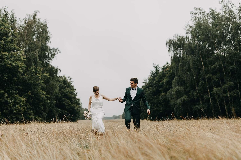 Bruidspaar wandelt in natuur Grimbergen
