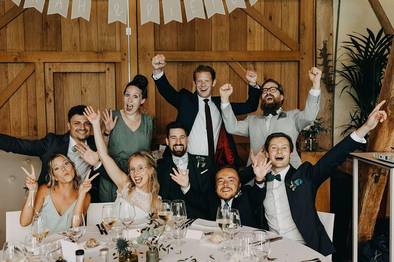 Groepsfoto feesttafel feestzaal De Schuur Alken