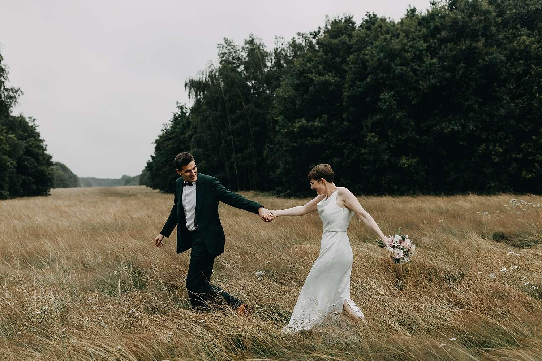 Huwelijk in Grimbergen bruidspaar in hoog grasveld