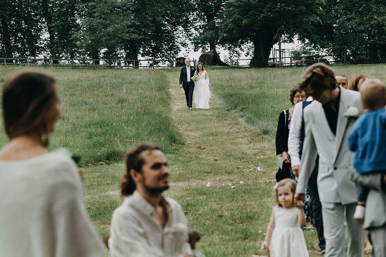 Intrede bruid met vader buitenceremonie Kasteel Heks