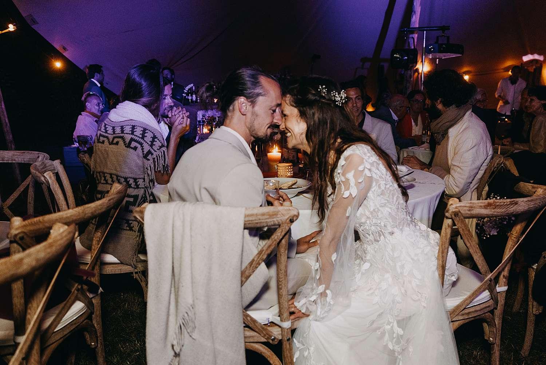 Knuffel bruidspaar in partytent Kasteel van Heks