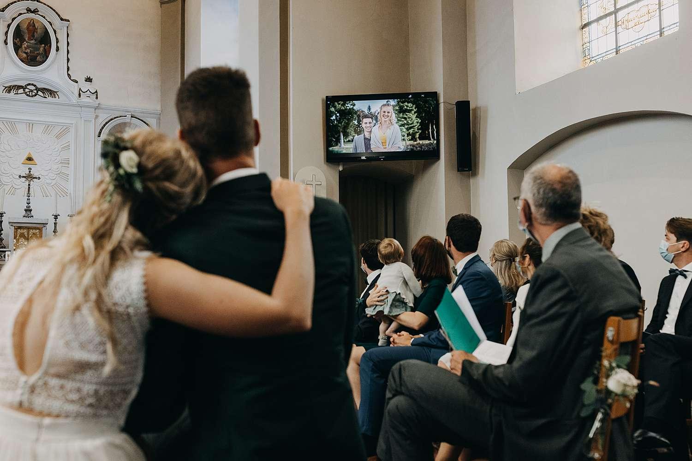 Sint-Pancratiuskerk bruidspaar kijkt video