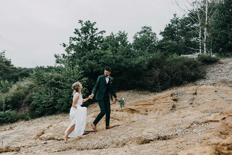 Bruidspaar wandelt zandheuvel De Teut