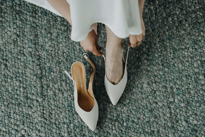 Witte bruidsschoenen aantrekken