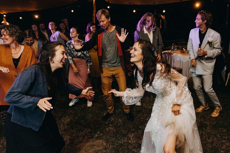 bruid danst Bohemian hippie wedding