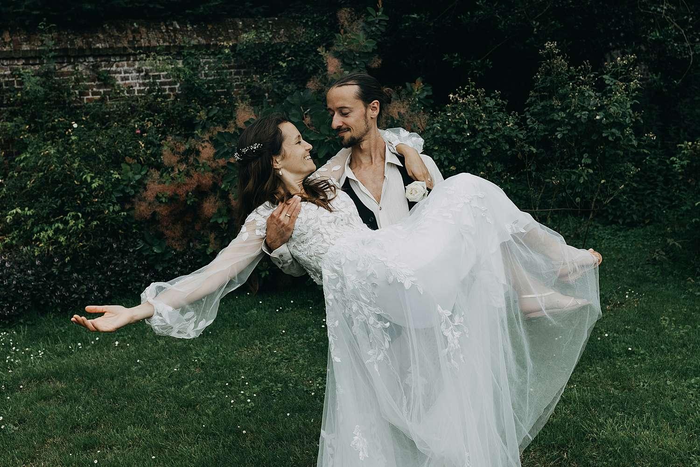 bruidegom draagt bruid Kasteel van Heks
