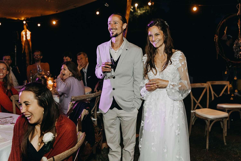 bruidspaar luistert speech partytent huwelijk